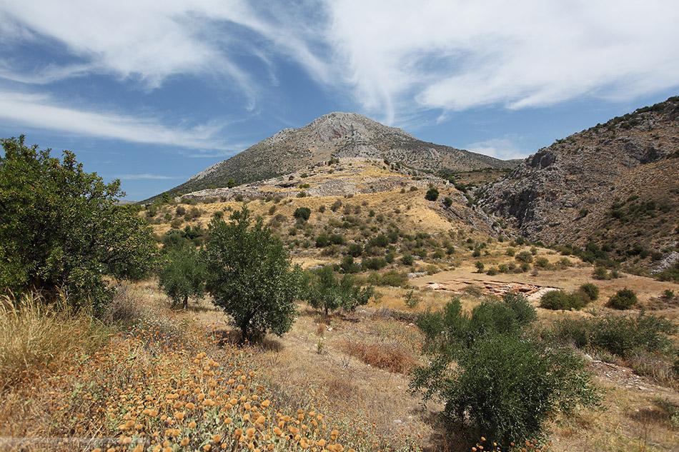 Микенский акрополь. Стен на холме практически не видно.
