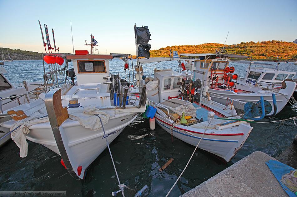 Рыбацкие лодки в порту Эпидавра.