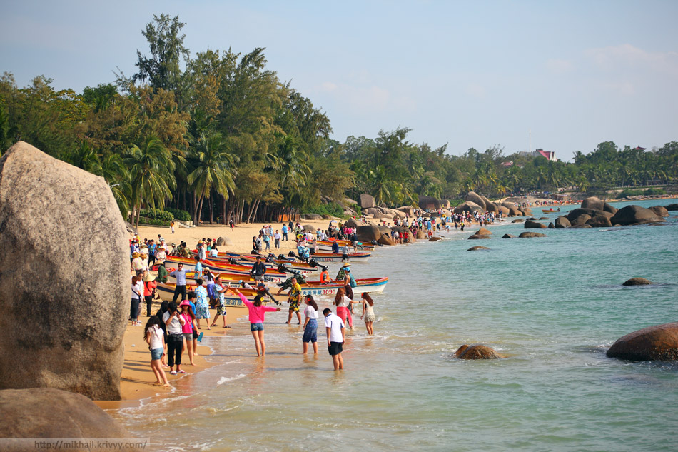 Вид на пляж со стороны камней. Такое количество народа почти у всех достопримечательностей Хайнаня.