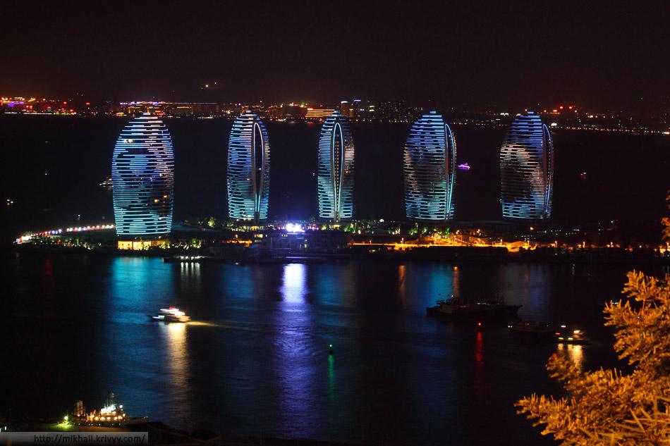 Остров Феникс. Ночная Санья, Китай. Вид из парка Luhuitou (Олень Повернул голову).