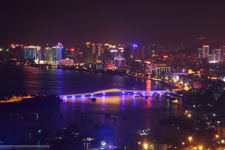 Ночная Санья, Китай. Вид из парка Luhuitou (Олень Повернул голову).