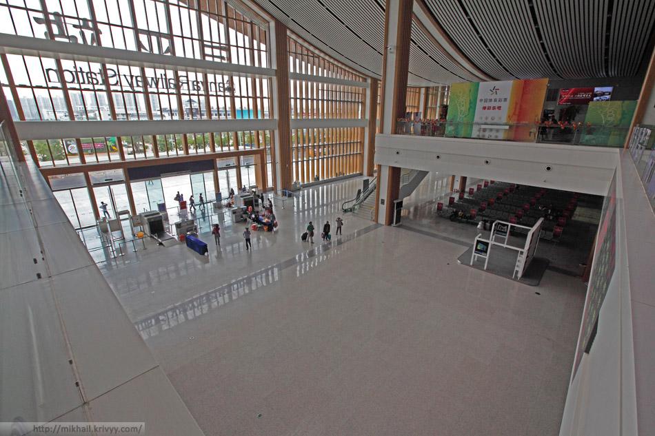 Центральный зал вокзала города Санья. Контроль безопасности на входе. Снято с балкона второго этажа.