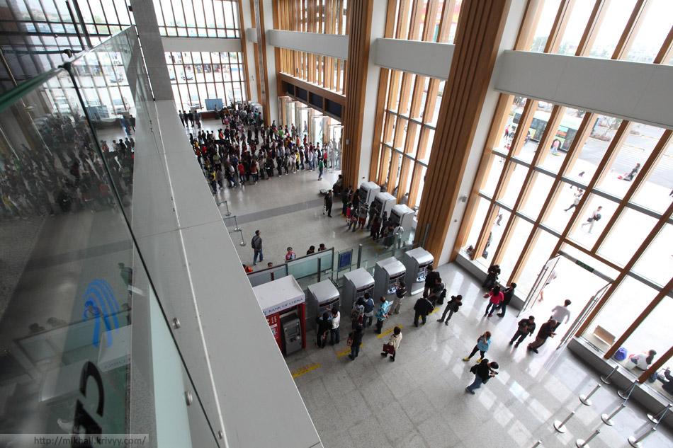 Очередь в кассы и автоматы для покупки билетов. Вокзал города Санья. Снято с балкона второго этажа.