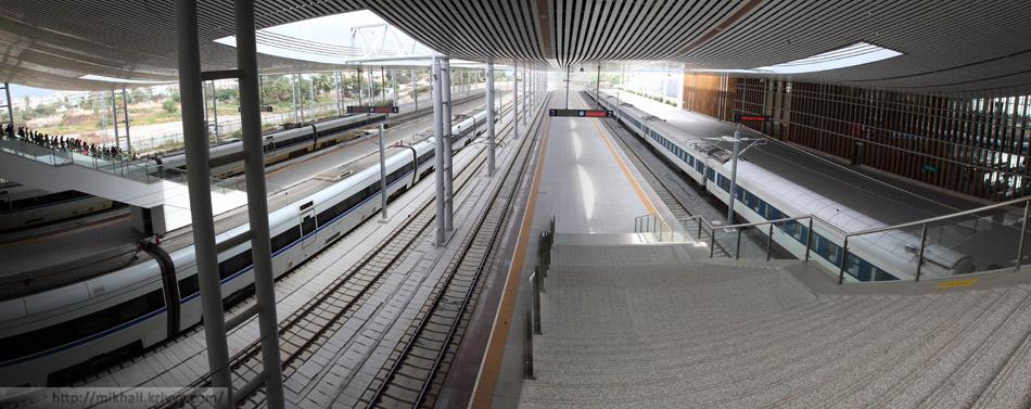 Станция Санья. 7 путей и 4 перрона. Два CRH1A слева и ночной поезд до Пекина (или Шанхая) справа.