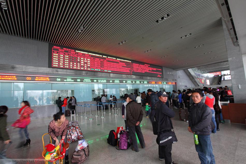 Кассовый зал вокзала ХайКоуДонг (Haikou East). Тут очереди меньше и таблица всего на три дня.