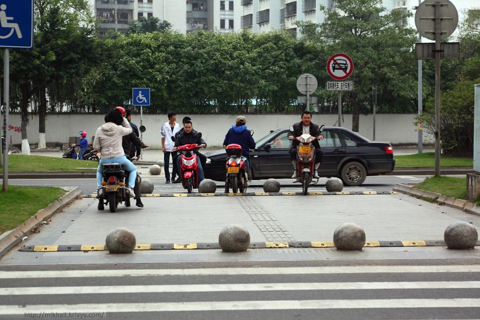Лежачие полицейские на пешеходном переходе. Хайкоу, Хайнань, Китай.