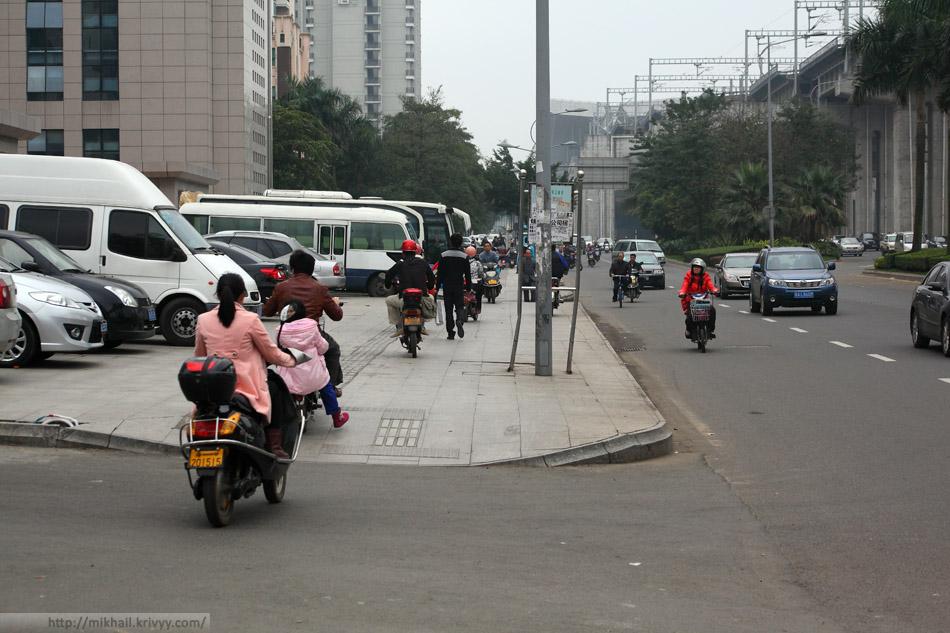 Везде мотороллеры. Хайкоу, Хайнань, Китай.