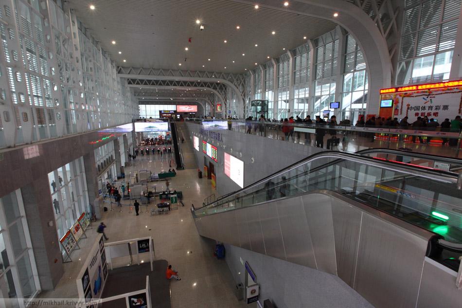 В здании вокзала станции ХайКоуДонг. Справа в окнах видна эстакада и выход на платформы.