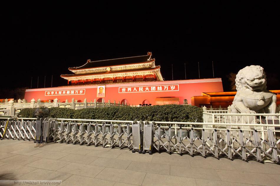 Врата Небесного Спокойствия — главный вход в императорский дворец, также известный как Запретный город.