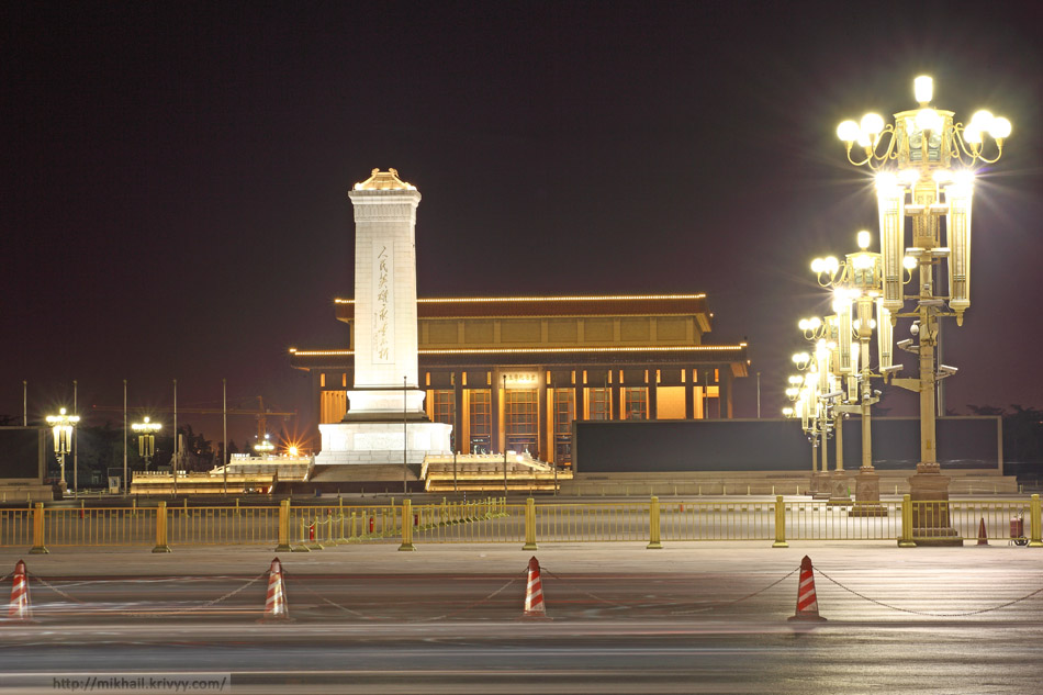 Памятник Народным Героям и Мавзолей Мао Цзедуна. Площадь Тяньаньмэнь, Пекин.