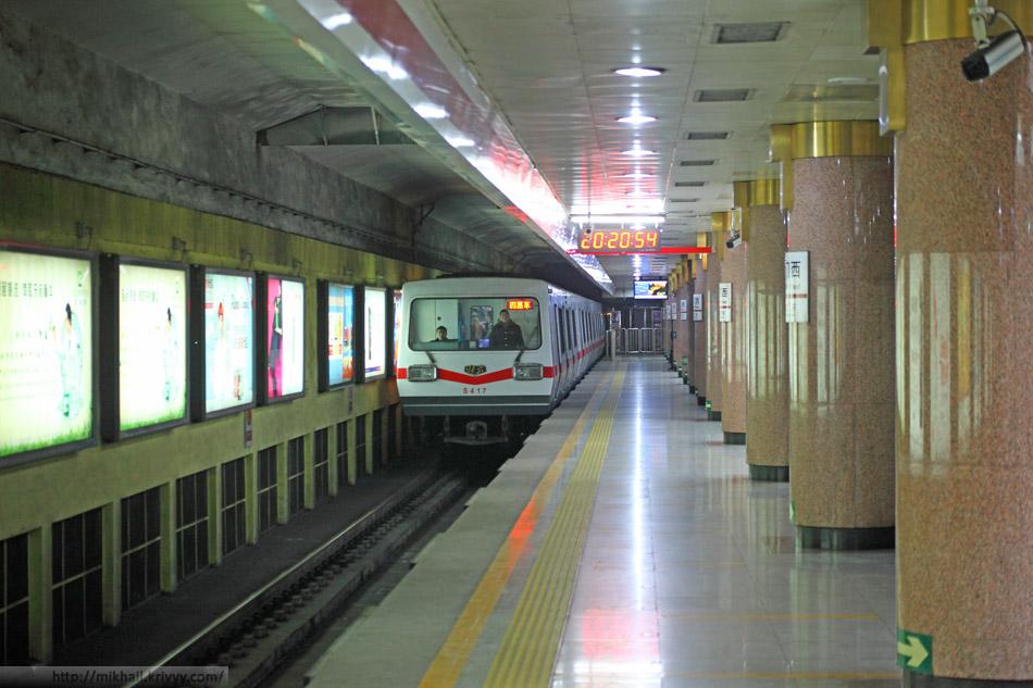 Электропоезд метро на станции Tiananmen West.