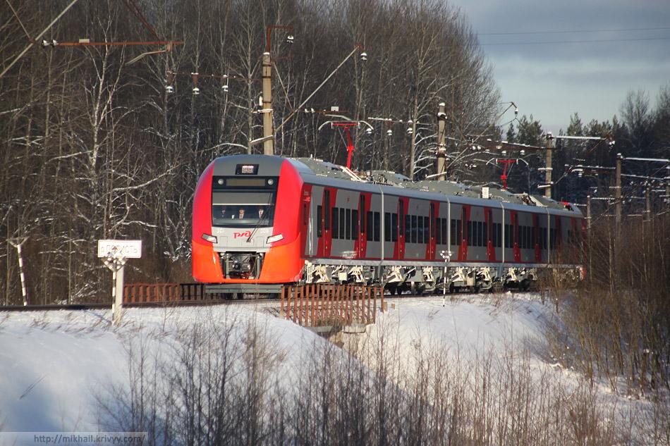 ЭС1-009 везет в Великий Новгород почетных гостей. Мост через реку Полисть в районе Трегубово.