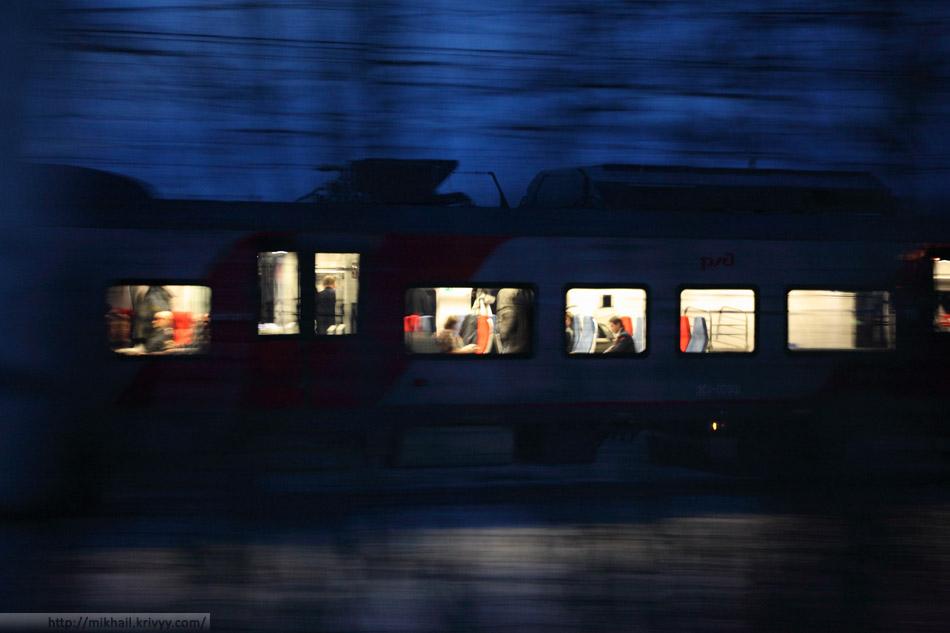 """ЭС1-009 """"Ласточка"""". А вот это и есть первый регулярный рейс. Поезд выехал уже затемно."""
