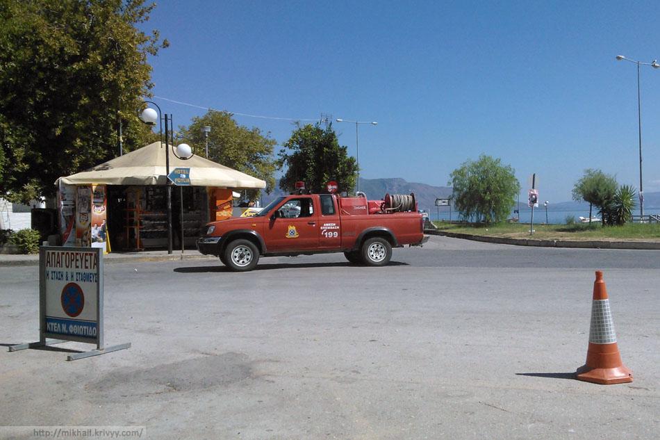 У Греков отличная система борьбы с лесными пожарами. Через каждые 5-10 км. дежурит пожарная машина. Разные, иногда вот такие.