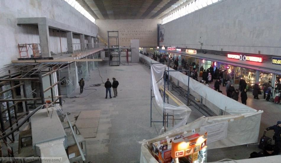 Ленинградский вокзал Москвы. Площадей под шалманы все мало, начали съедать еще и объем.