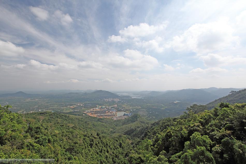 Вид с перевала на юг. Холмы южной части острова Хайнань.