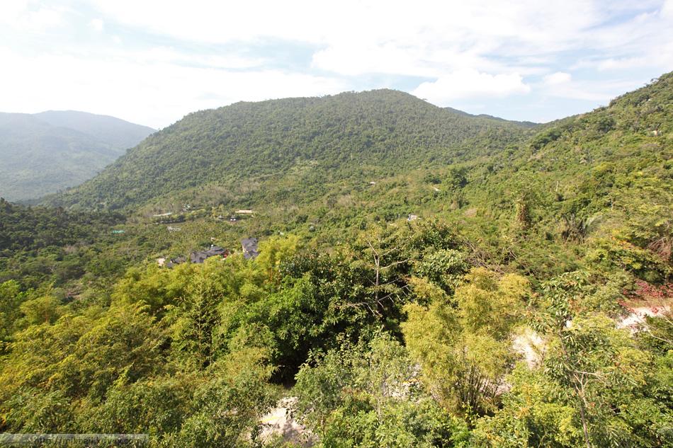 Вид с перевала на север. Долина парка Янода (Yanoda). Хайнань, Китай.