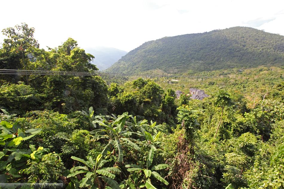 Веревочная переправа - один из главных аттракционов парка Янода. Вид с перевала.