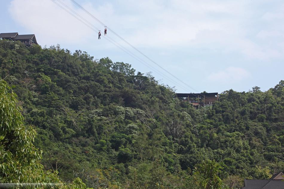 Веревочная переправа - один из главных аттракционов парка Янода. Вид из долины парка.
