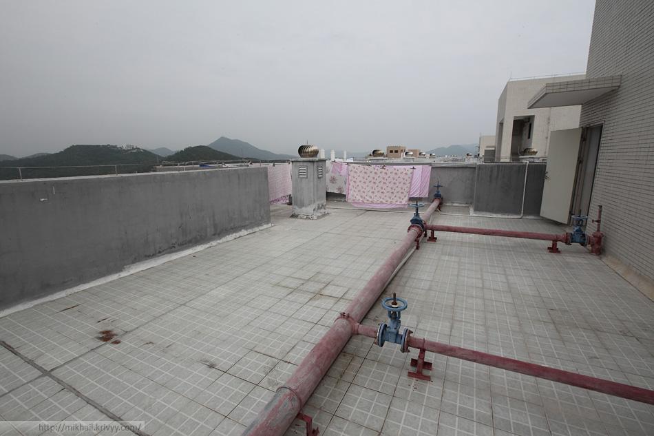 На крыше есть часть коммуникаций.