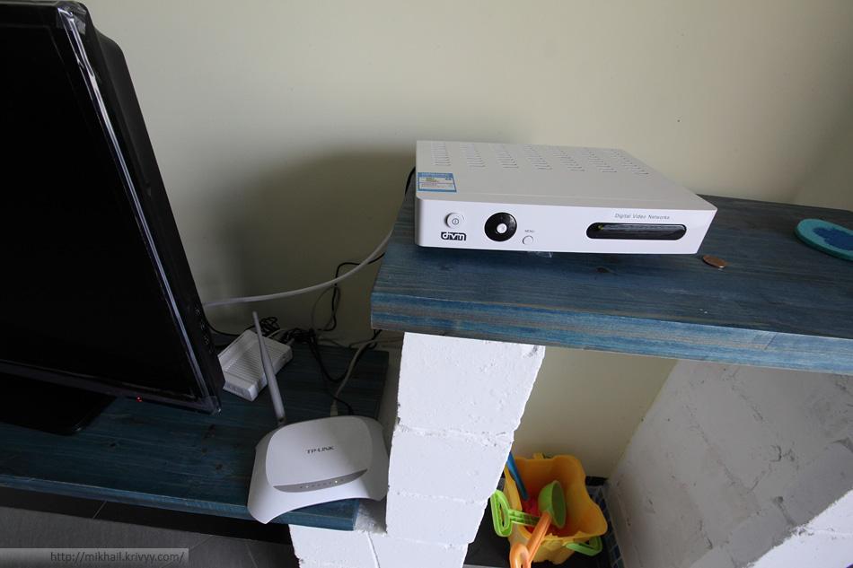 DSL-модем, приставка цифрового ТВ и WiFi роутер.