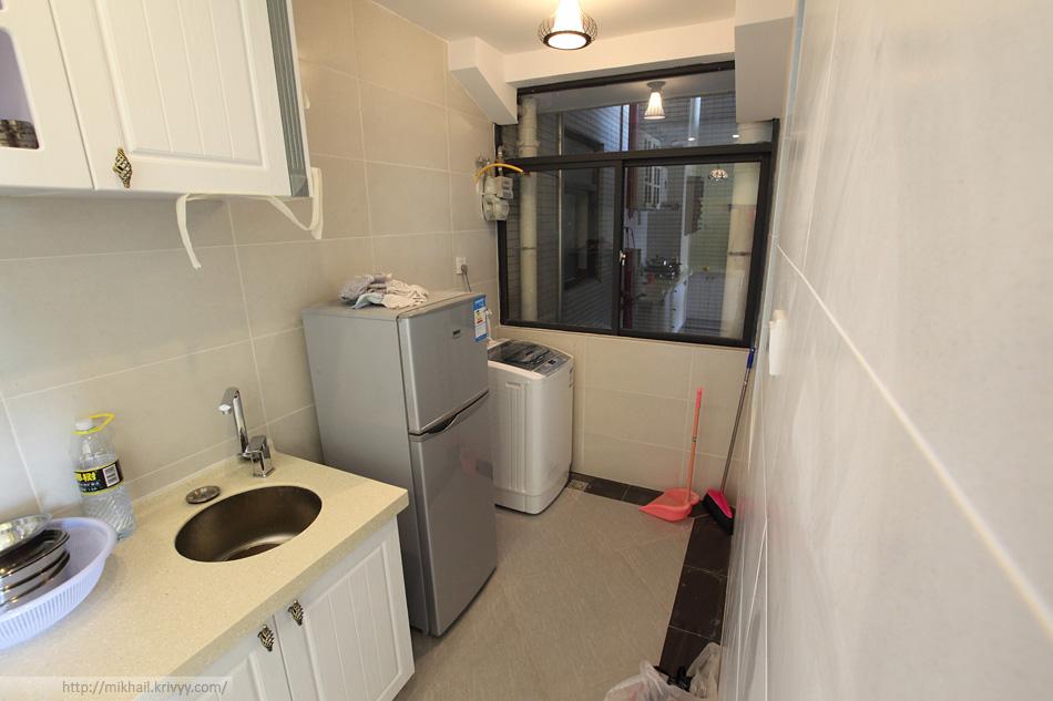 Кухонный закуток. Холодильник и стиральная машина.