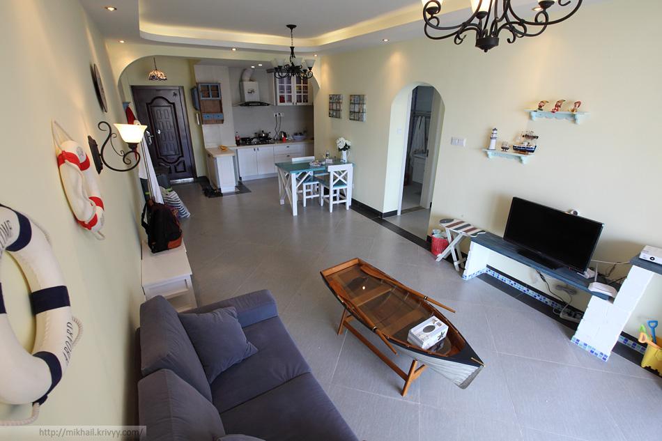 Главная комната. Слева входная дверь, справа кухня. Вид со стороны балкона.
