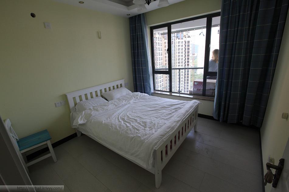 Первая спальная. За окном балкон. Видны коммуникации для кондиционера.