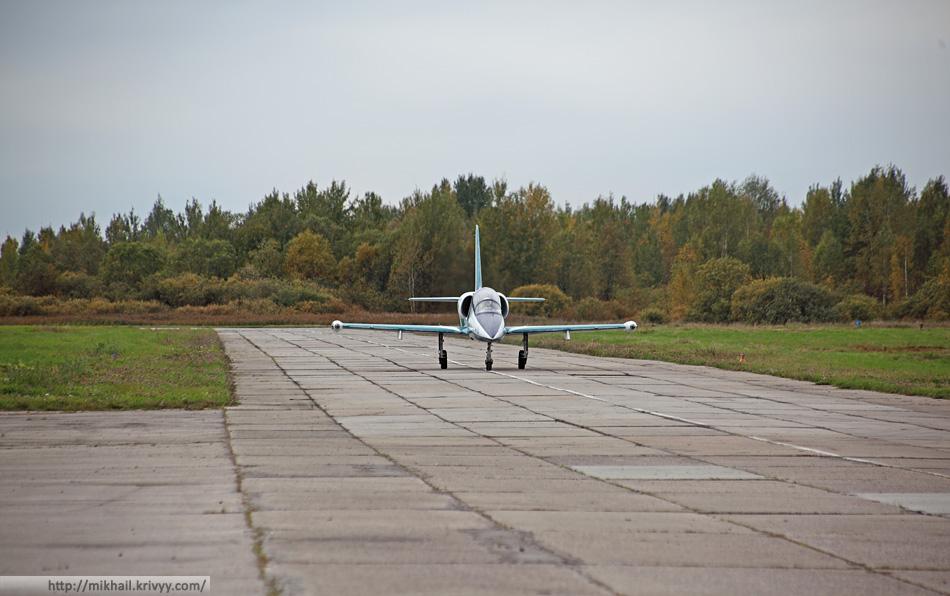 """Л-39 пилотажной группы """"Русь"""" только что съехал с ВПП после посадки."""