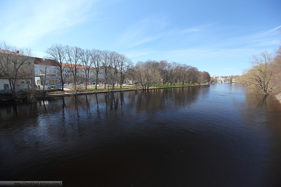 Река Эмайыги и публичная библиотека Тарту.