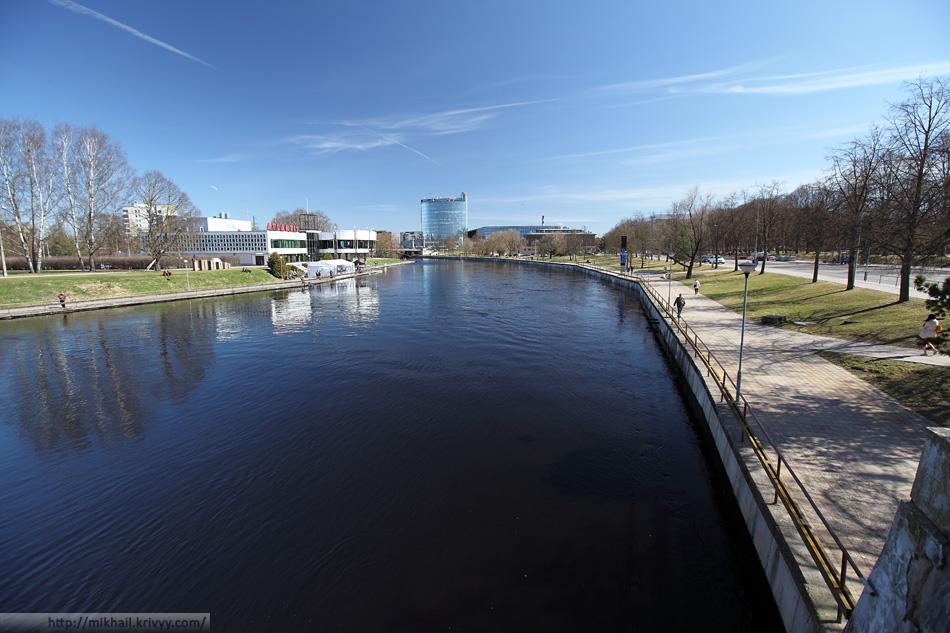 Река Эмайыги. Слева, общественное здание типично советского внешнего вида - ночной клуб.