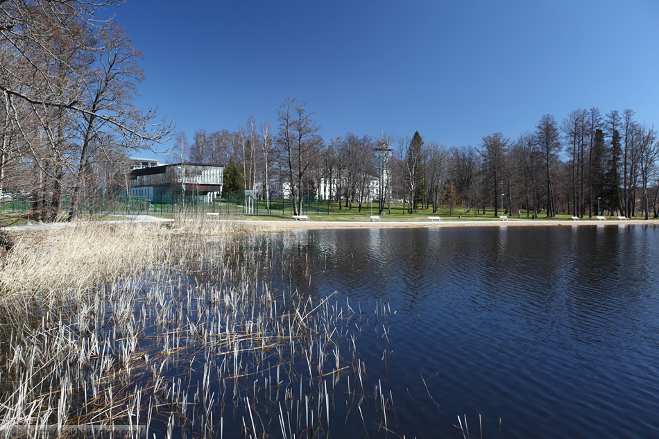 Озеро Пюхаярве. Виден корпус с бассейном одноименной гостиницы.