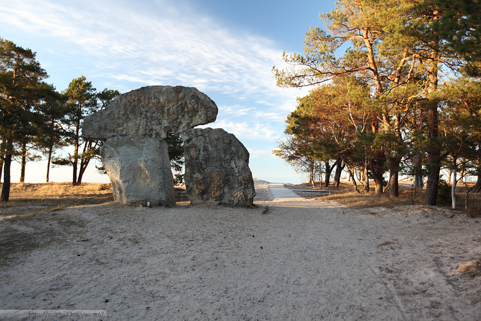 Памятник у центрального выхода к мысу.