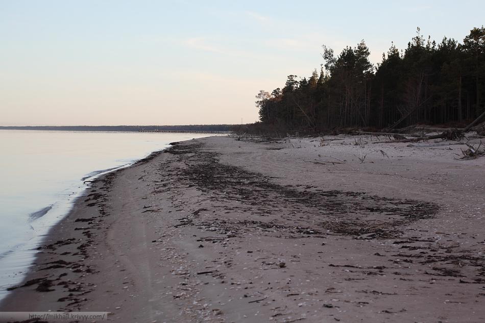 Дальше по берегу Рижского залива. Виден порт поселка Колка.