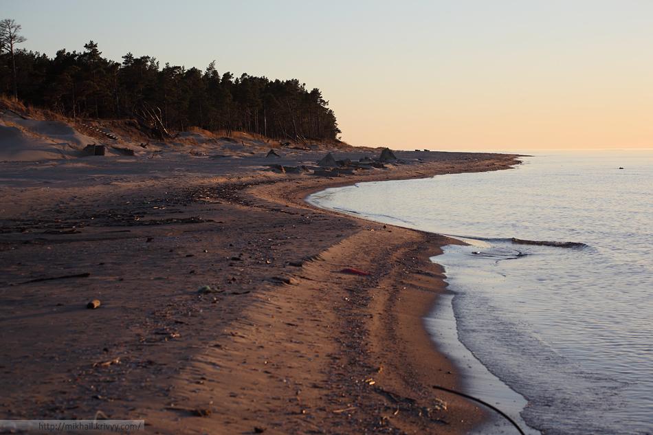 Со стороны пролива - нормальное море с широким пляжем, дюнами и соснами.