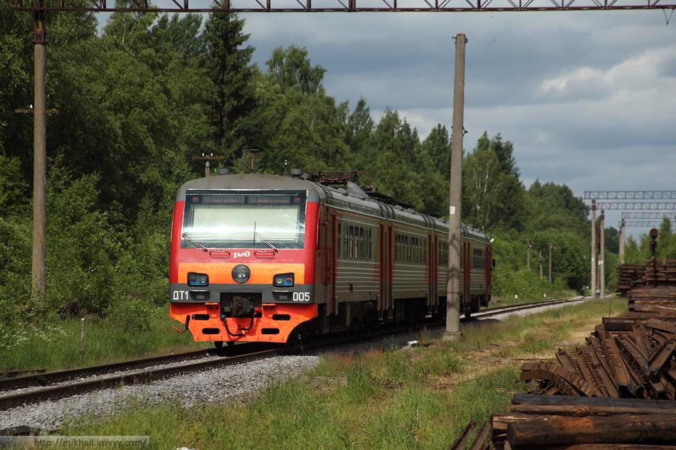 ДТ1-005 Великий Новгород - Новолисино. Обещали 80 км/ч на перегонах, но пока поезд еле крадется.