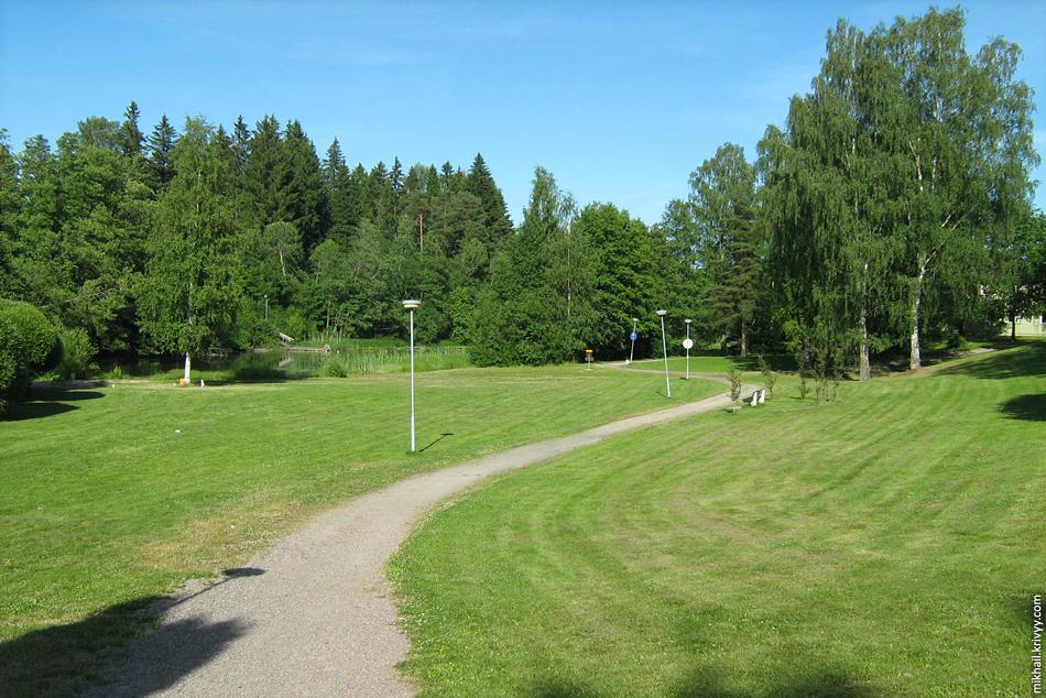 Карья. Идеальный парк. Стриженный газон, грунтовая дорожка, речка, скамейка, фонари, и никого! Ну еще, корзина для игры в диск-гольф, как же без этого :)