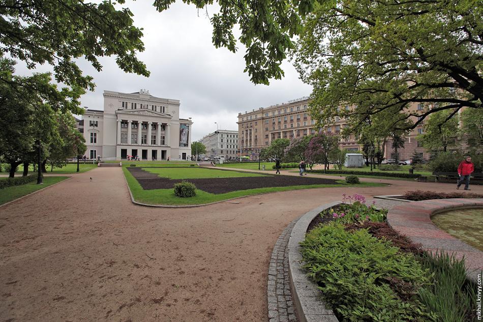 Оперный сквер. Латвийская Национальная опера. Рига.