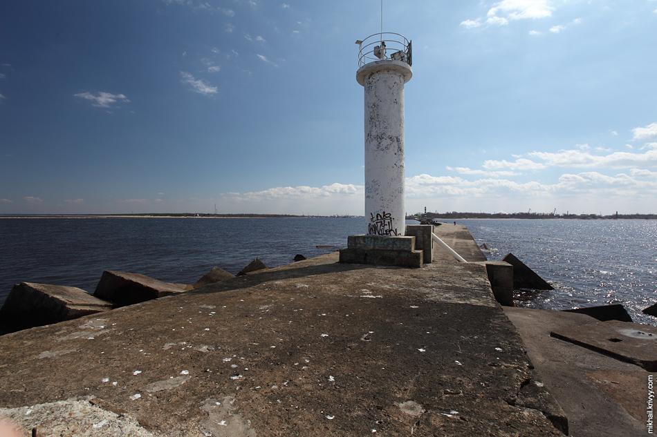Вид с самого края западного мола. Левый берег. За спиной только море. Справа залив, слева Даугава.
