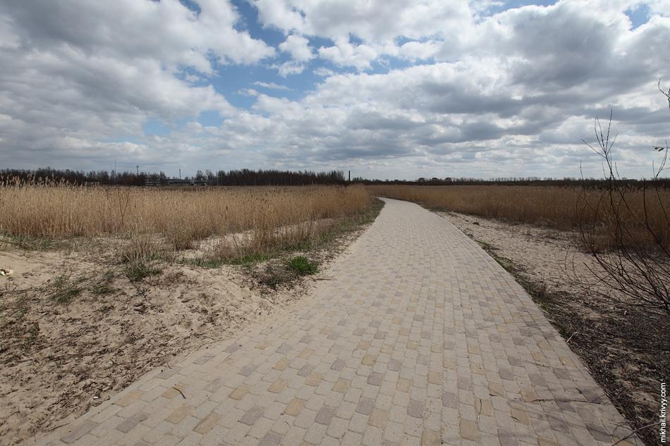Часть пути через прибрежные болота (от пляжа до спального района) можно пройти по нормальному тротуару.