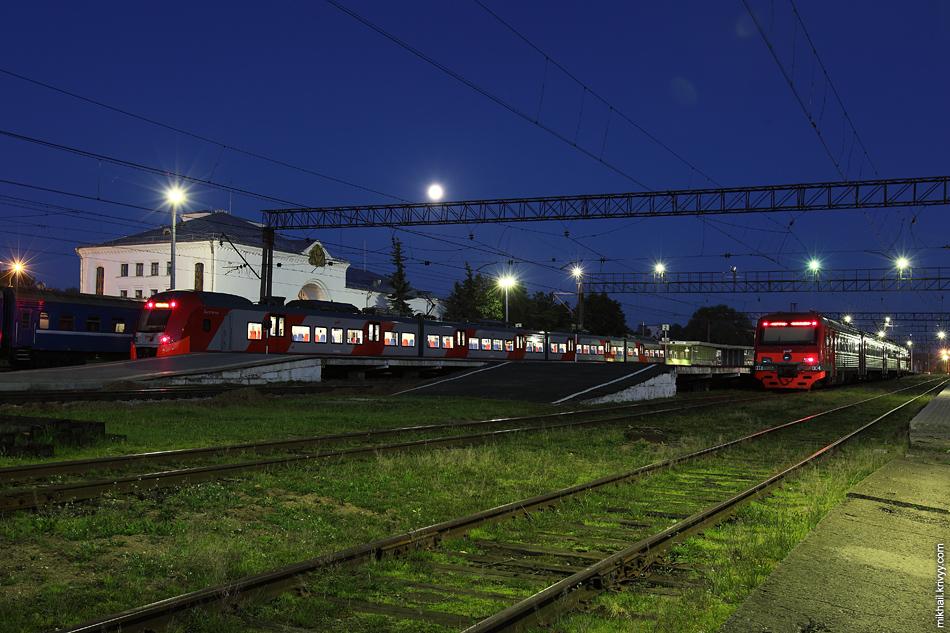Новгородский вокзал ночью.