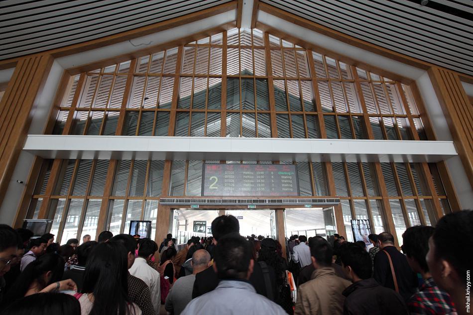Объявили номер гейта и начали посадку на вокзале китайского города Санья.