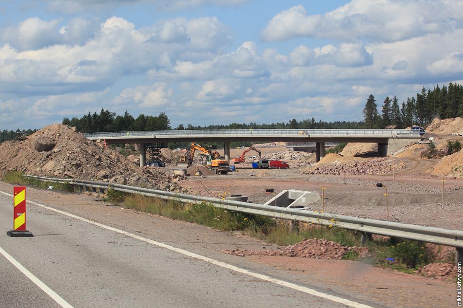 Путепроводы уже почти везде готовы. Но местами, под саму магистраль только начали готовить основание.