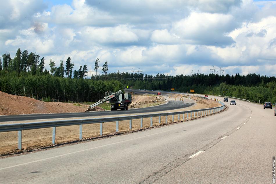 """У финских автомагистралей плавные и ровные """"съезды в кювет"""". На фото машина для окончательного разглаживания грунта."""