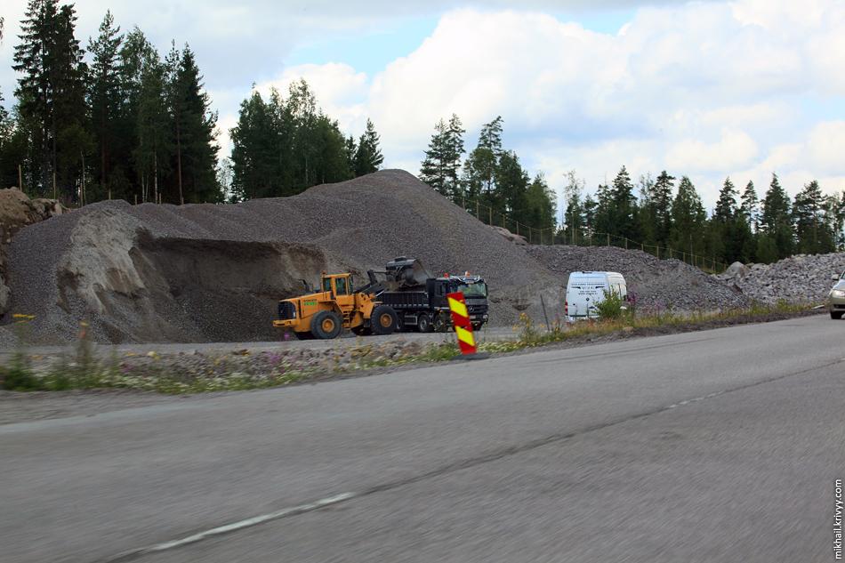"""Большую часть материалов изготавливают и добывают на месте. Минимизация расстояний при строительство - одна из стратегий """"зеленной дороги""""."""