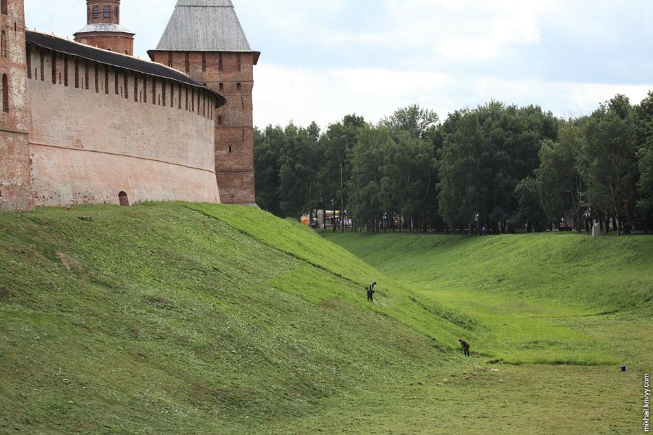 Покос травы триммерами у новгородского кремля. В общем то, такой уклон, это пограничное состояние между триммером и газонокосилкой.
