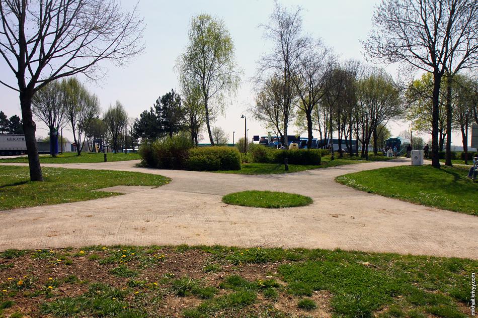 Вот так выглядит зона отдыха на платной автомагистрали во Франции.