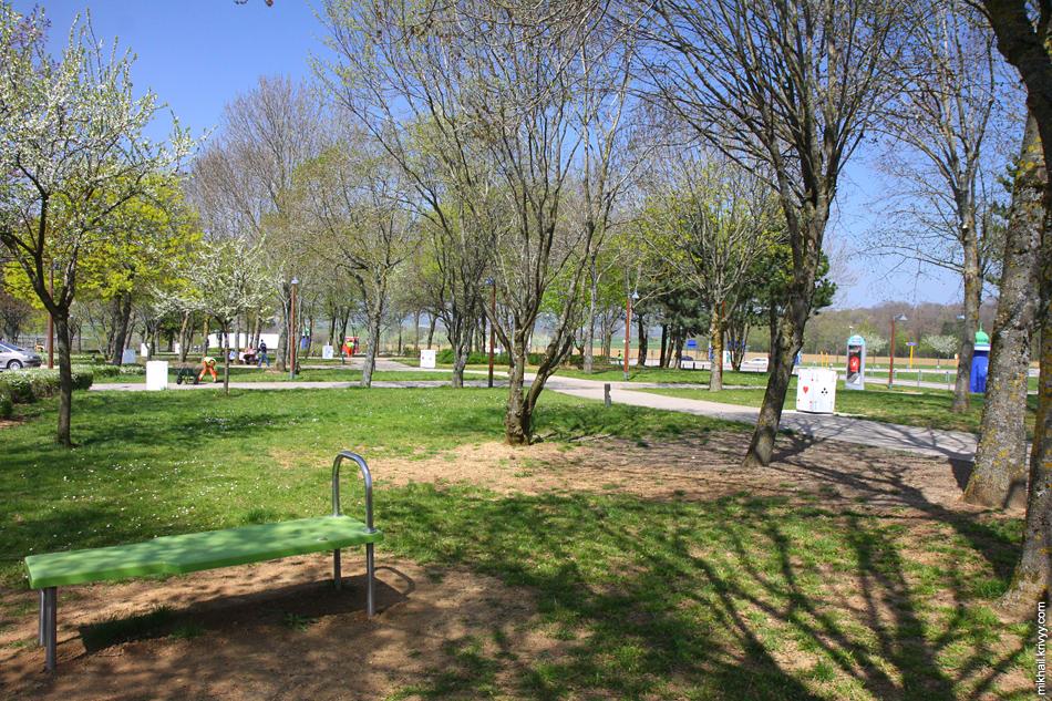 Большая часть зоны отдыха - парк со столиками и скамейками. Есть кафе и туалет.