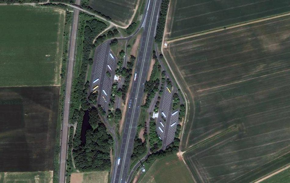 Зона отдыха на платной автомагистрали во Франции.