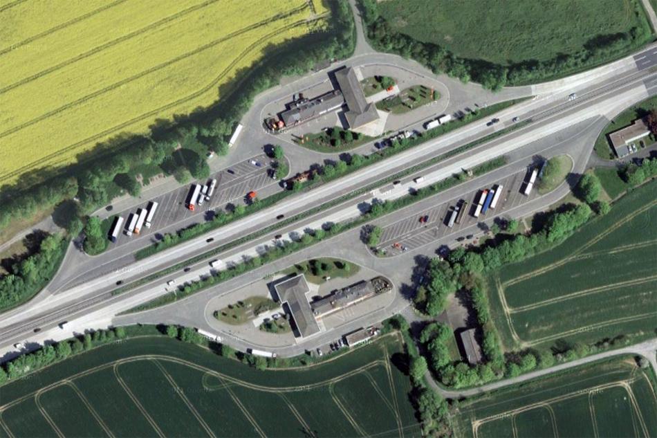 АЗС и зона отдыха на бесплатной автомагистрали в Германии.